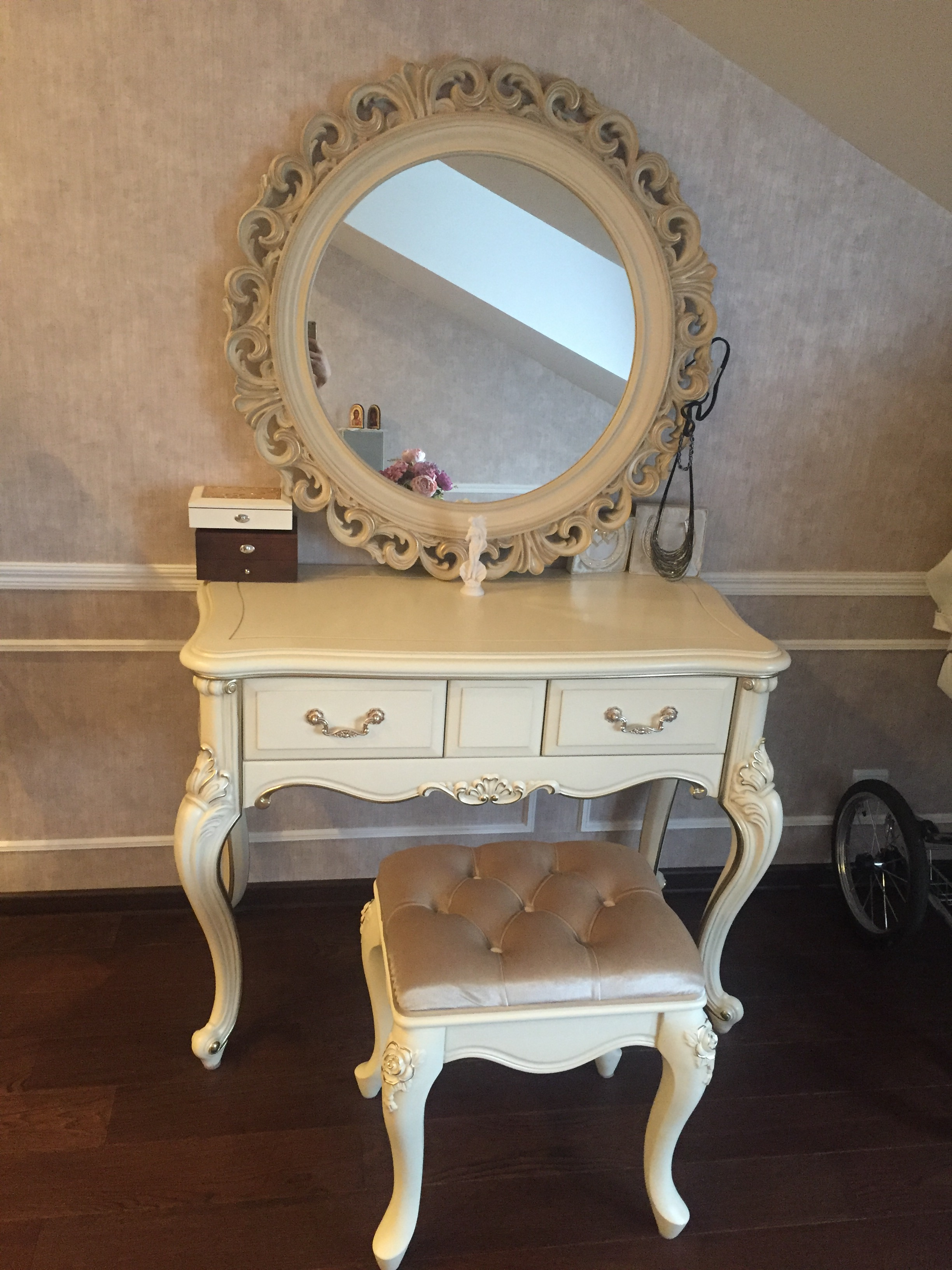Столик туалетный и пуф Fiore Bianco